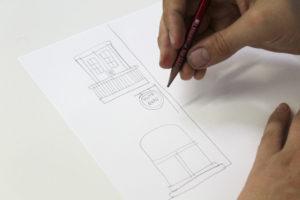 L'Eloy dibuixant l'Hostal Grau